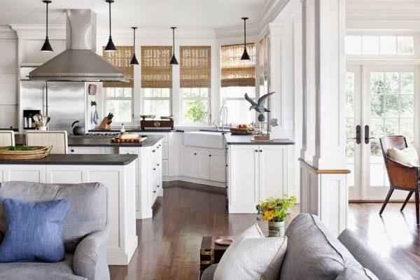 угловая мойка в интерьере белой кухни