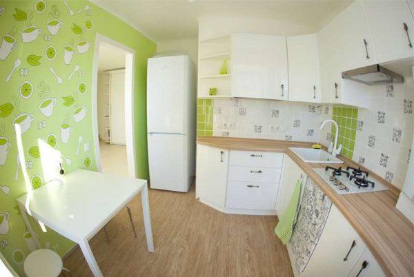 угловая мойка в интерьере кухни со скошенными торцами
