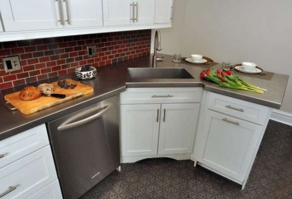 интерьер маленькой кухни с угловой мойкой