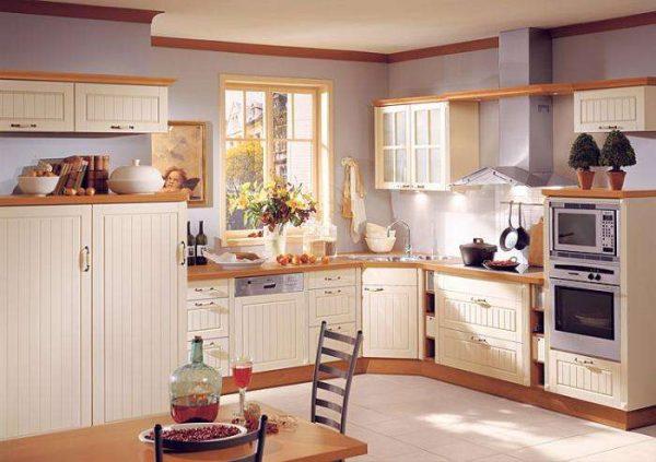 угловая мойка в интерьере кухни в загородном доме