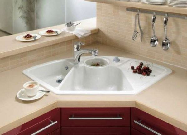 белая угловая мойка в интерьере кухни