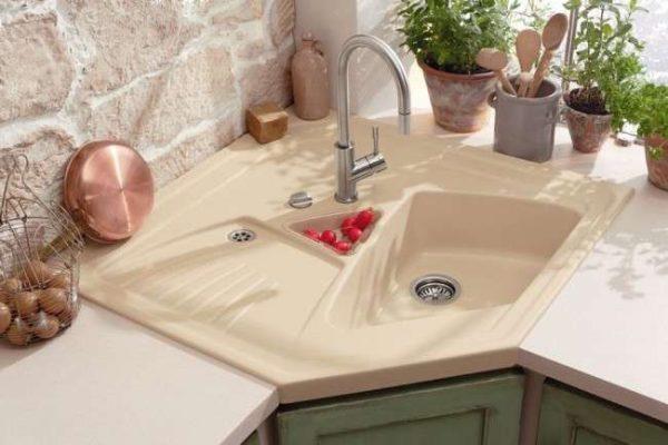 интерьер кухни с угловой мойкой из керамики