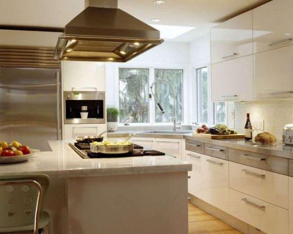 интерьер кухни с угловой мойкой из нержавейки