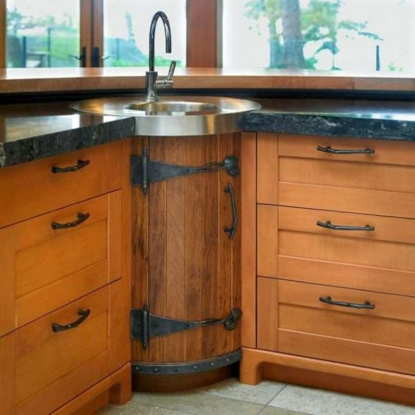 круглый угловой шкаф под раковину у окна кухни