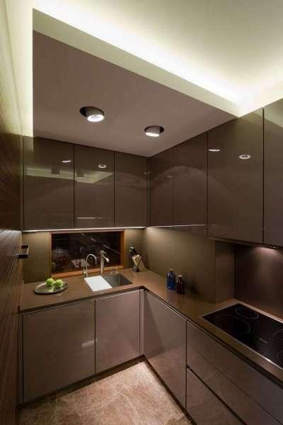 угловой шкаф под мойку на коричневой кухне