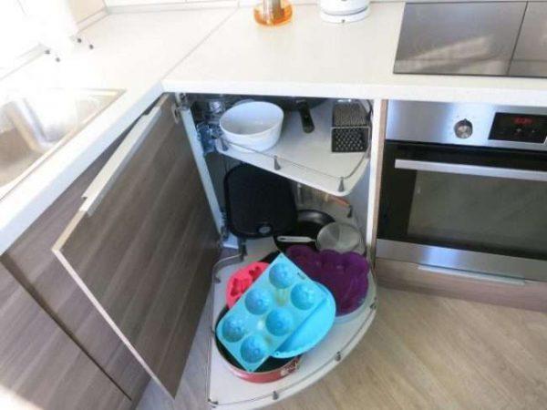 система хранения углового шкафа под мойку на кухне