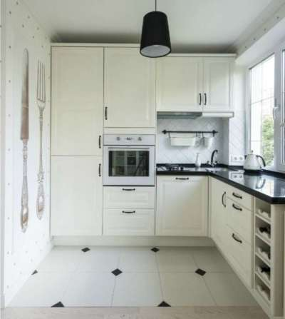 угловой шкаф с раковиной у окна на кухне