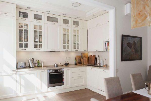 угловой шкаф под мойку в белом кухонном гарнитуре