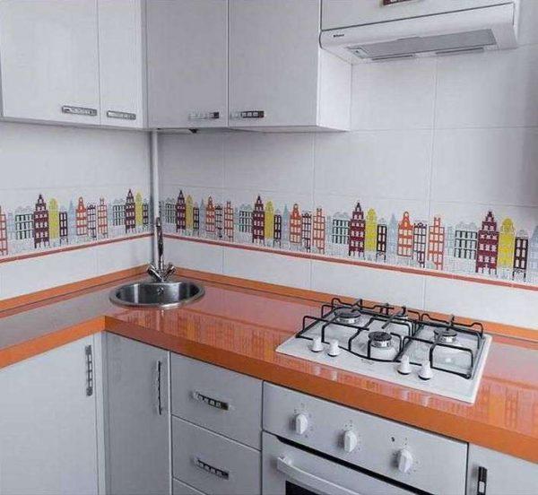 угловой шкаф под раковину на белой кухне с оранжевой столешницей