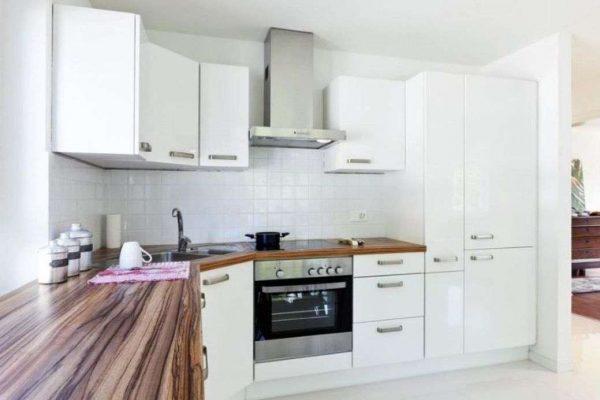 угловой трапециевидный шкаф под мойку на кухне