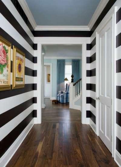 узкий коридор в квартире с горизонтальными полосами