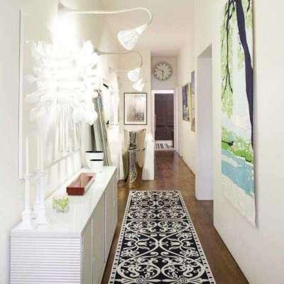 стильный светильник в интерьере узкого коридора