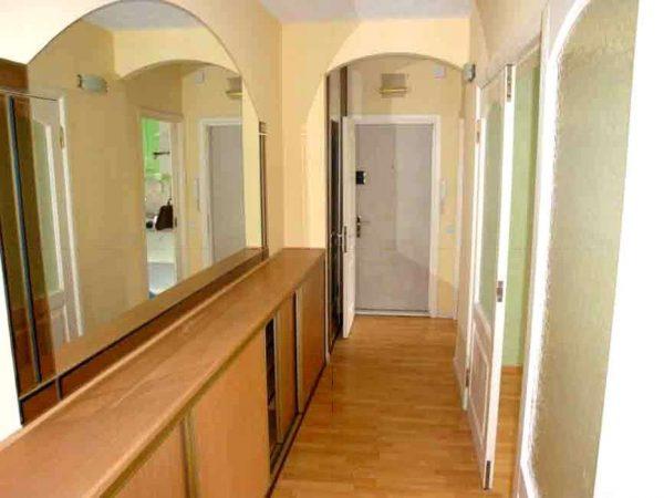зеркало на стене большое в интерьере узкого коридора