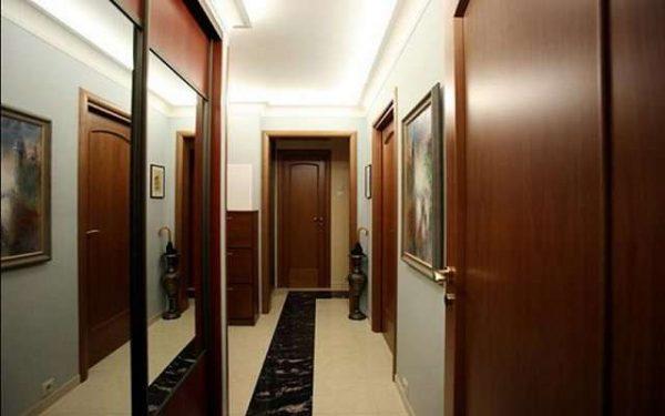 шкаф купе с зеркальными дверями в интерьере узкого коридора