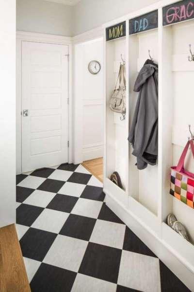 узкий коридор в квартире с полами в шахматном порядке