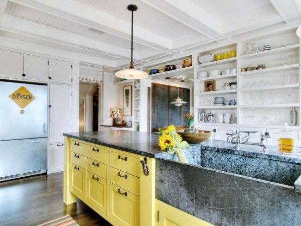 канареечно жёлтый цвет в интерьере кухни