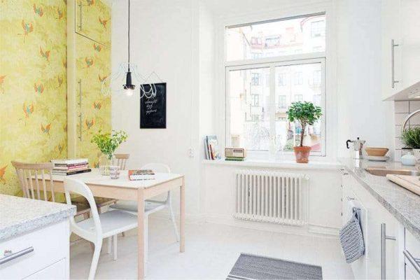 акцентная стена в интерьере кухни белой