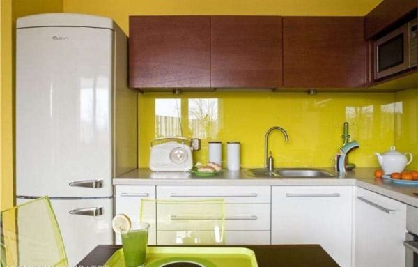 жёлтый в комбинации с коричневым в интерьере кухни