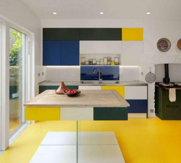 жёлтый с синим и чёрным на кухне