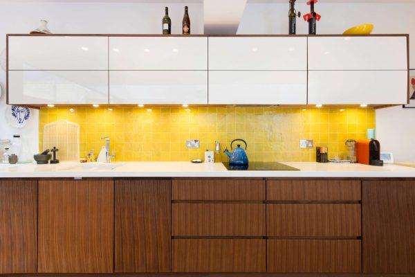 жёлтый фартук на кухне