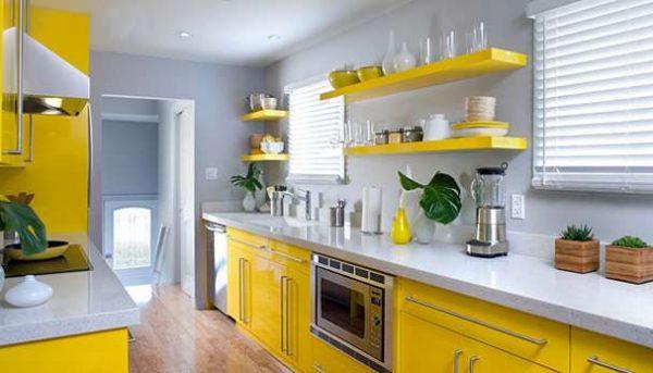 открытые полки на жёлтой кухне
