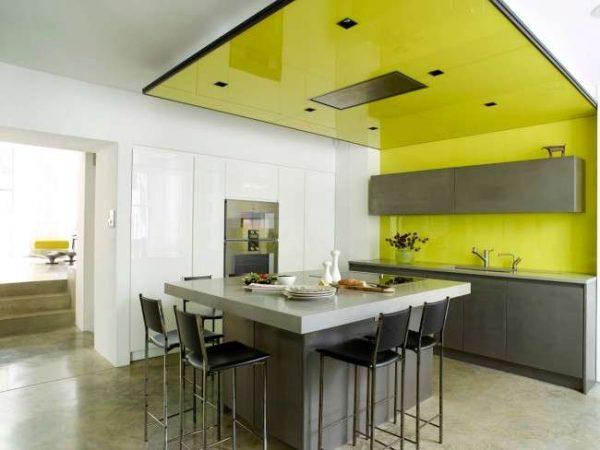 интерьер кухни жёлтого цвета на стене и потолке