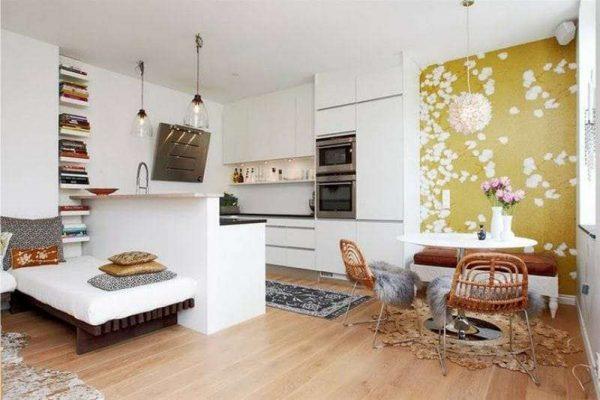 жёлтая акцентная стена на кухне