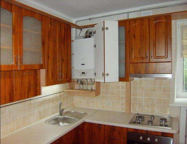 интерьер кухни с газовым котлом в углу