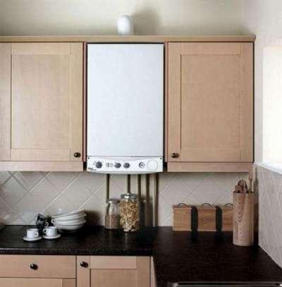 газовой котёл на кухне, встроенный в гарнитур