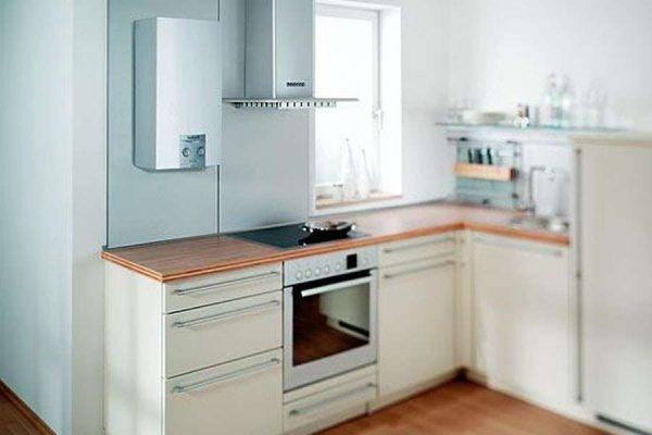 газовой котёл на стене светлой кухни