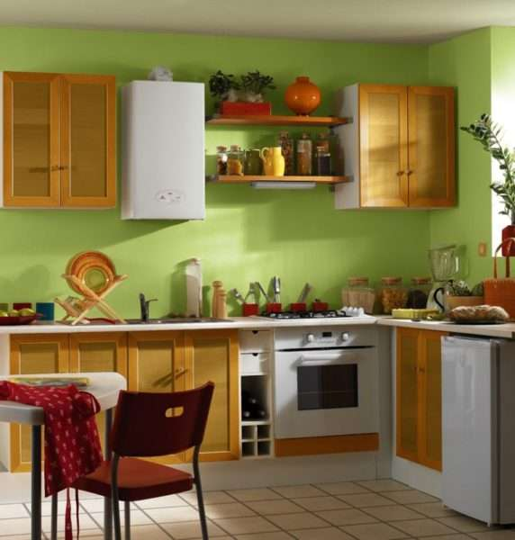 газовой котёл на кухне с открытыми полками
