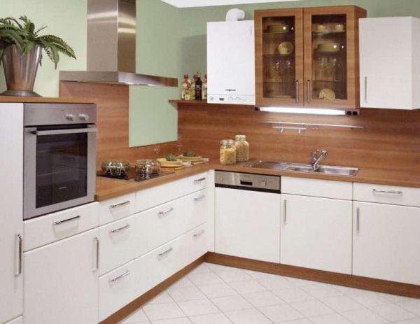 газовой котёл на бело-коричневой кухне