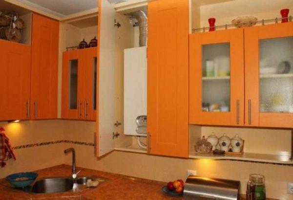 газовой котёл на оранжевой кухне