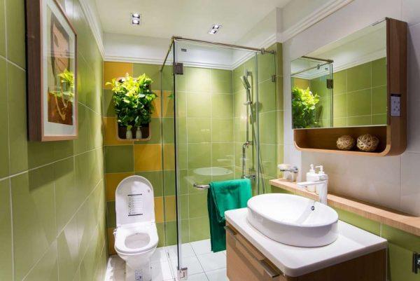 шкафчики в маленькой ванной комнате