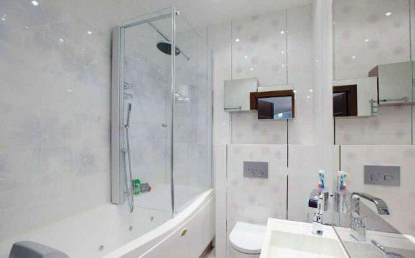 ванная с прозрачными дверями в интерьере маленькой ванной комнаты