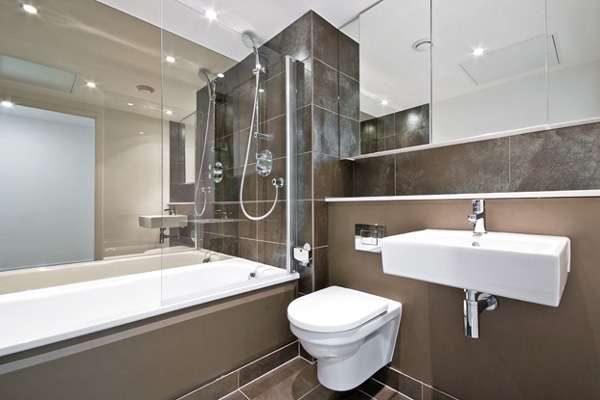 коричневая маленькая ванная комната