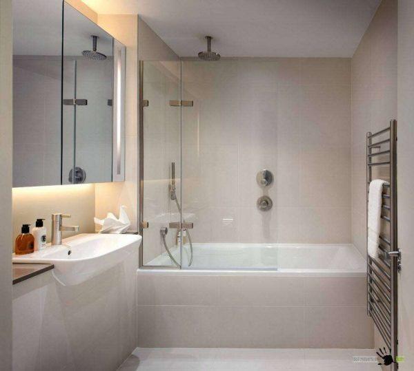 маленькая ванная комната с прозрачной перегородкой
