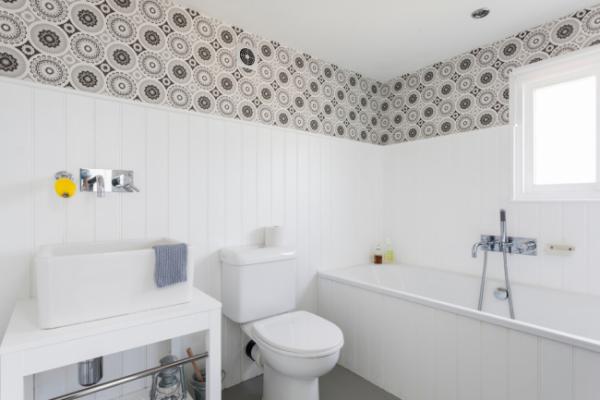 белые панели пвх в интерьере маленькой ванной комнаты