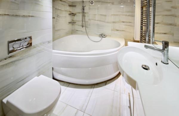 угловая ванна в интерьере маленькой ванной комнаты