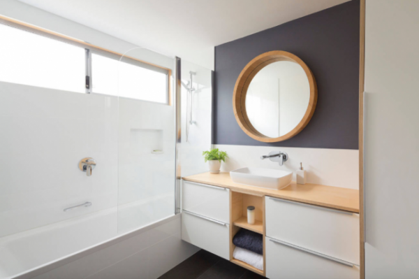 круглое зеркало в интерьере маленькой ванной комнаты
