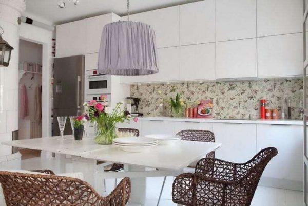 плетённые стулья в интерьере сиреневой кухни
