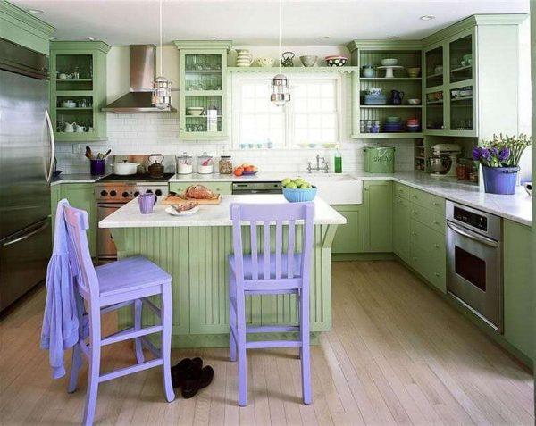 сиреневый цвет стульев на кухне