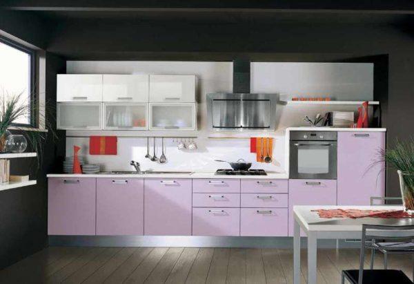 сиреневый цвет кухни с серыми стенами