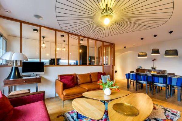 зонирование кухни гостиной столовой с помощью ярких цветов