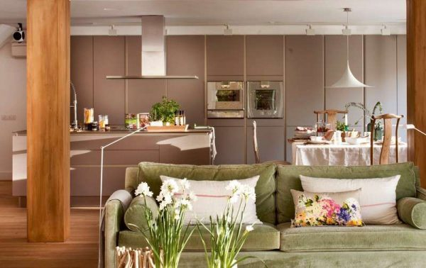 прямой диван на кухне гостиной со столовой