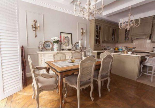 классические люстры в интерьере кухни столовой гостиной