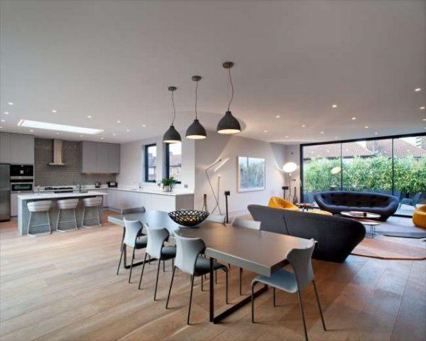 точечные и подвесные светильники в интерьере кухни столовой гостиной
