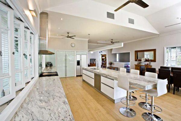 кухня гостиная столовая с островом
