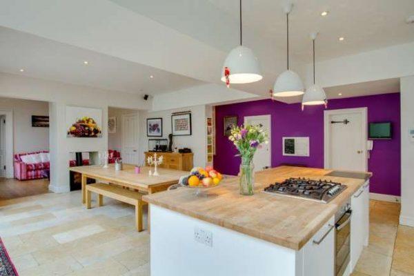 просторная кухня столовая гостиная