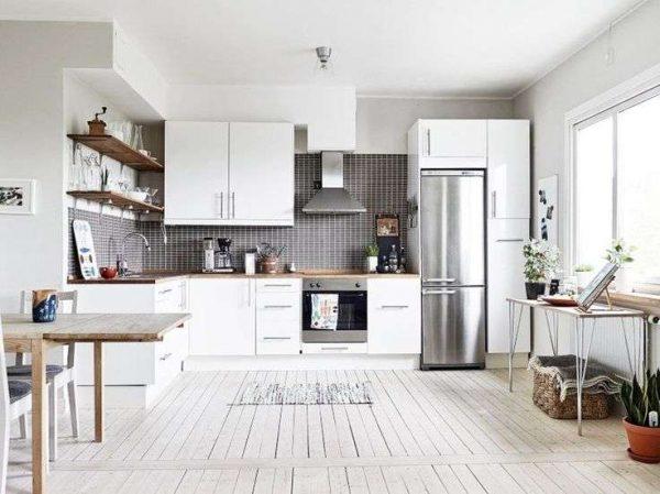 белая кухня своими руками с открытыми полками и встроенным холодильником